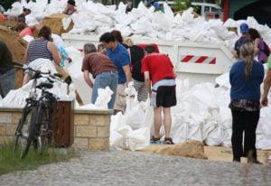 Zusammenarbeit mit Mithelfenden bei der Katastrophenbewältigung